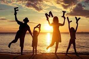 تصویر از ژست عکس خانوادگی در طبیعت پدر، مادر و فرزندی